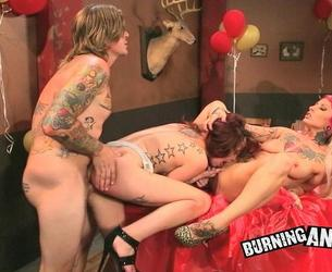 [PunkPorn.com / BurningAngel.com] Juliette Black & Jessie Lee (Roasted! / 15-05-2013) [2013 g., Threesome, Tatoo, Fetish, Hardcore, All Sex, HDRip, 720p]